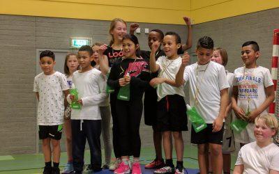 Leerlingen van de A. Bekemaschool en De Grote Beer ontmoeten elkaar tijdens scholenvolleybaltoernooi